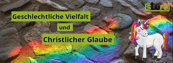 """Foto einer Steinwand, auf dem sich ein Lichtspektrum in den Farben des Regenbogens abzeichnet. Das Lichtspecktrum geht von rechts oben nach links unten. Auf dem Foro sind 3 grüne kästen nahe beinander in denen der Text """" Geschlechtliche Vielfalt und Christlicher Glaube"""". In der oberen rechten Ecke ist außerdem das StuRa-Logo zu sehen. In der rechten unteren Ecke gibt es ein Einhorn, dessen Schweif und Mähne in den Farben des Regenbogens gefäbrt sind."""